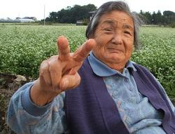 蕎麦畑と母.JPG