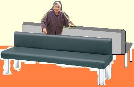 長椅子で歩行練習する母.JPG